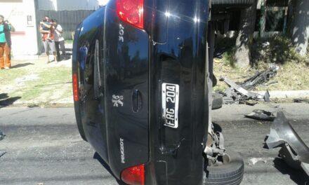 UN AUTO 'PATINÓ' CON GASOIL EN LA CALLE Y VOLCÓ