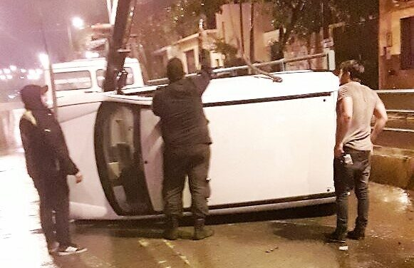 PUDO SER TRAGEDIA: JOVEN ALCOHOLIZADO VOLCÓ SU AUTO EN INGRESO DEL BAJO NIVEL DE LA 12