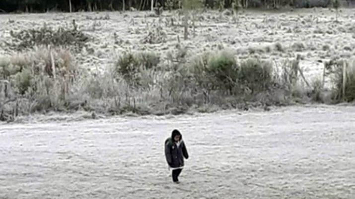 El nene que camina 3 kilómetros  y cruza arroyos para ir a la escuela