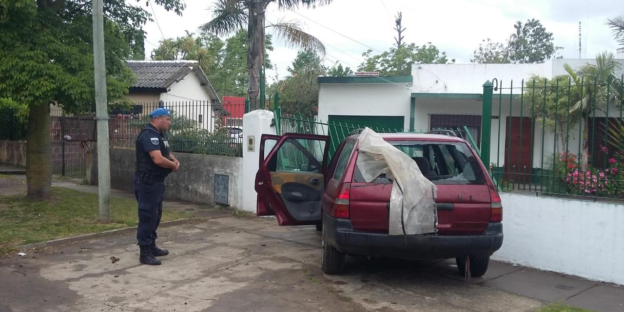 ROBÓ AUTO EN RANELAGH, Y CUANDO LO ALCANZA LA POLICÍA, ESTRELLA EL AUTO CONTRA UNA CASA