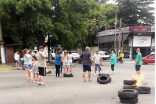 CORTAN POR FALTA DE LUZ Y APEDREAN AUTOS Y ROMPEN CARTELES