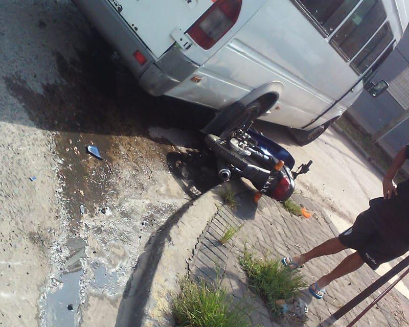 CAMIONETA ENCERRÓ MOTO Y HAY HERIDO