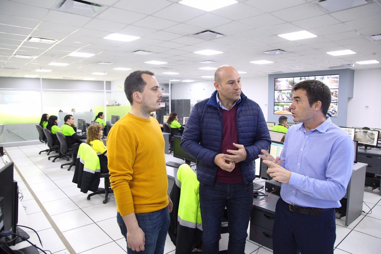 Julián y Martiniano, atentos a los comentarios del secretario de seguridad de Quilmes Denis Szafowal.