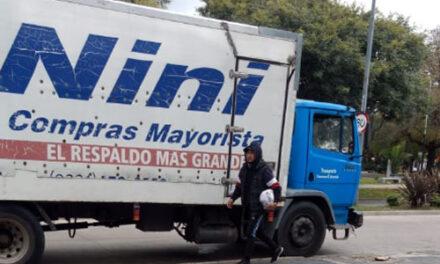 CAMIÓN DE 'NINI' REPARTE MERCADERÍAS CON GENTE SIN GUANTES NI BARBIJOS EN BERAZATEGUI