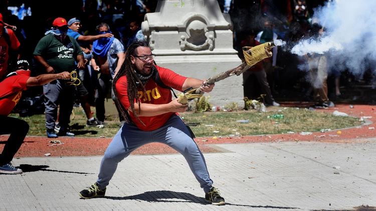 Detuvieron en Uruguay al militante de izquierda que disparó con un mortero casero frente al Congreso
