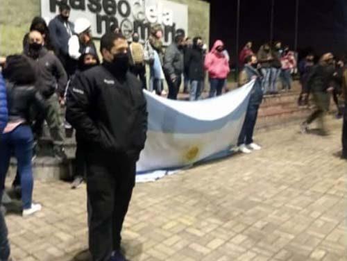 FUERTE PROTESTA DE LA POLICÍA BONAERENSE EN RECLAMO DE MEJORAS SALARIALES