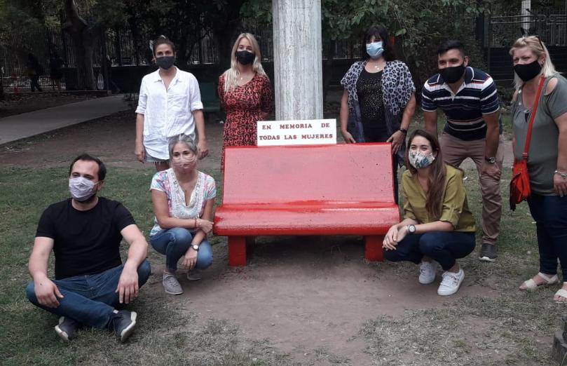 FUERTE TRABAJO DEL 'PRO' POR EL DÍA DE LA MUJER: PINTARON UN BANCO DE ROJO